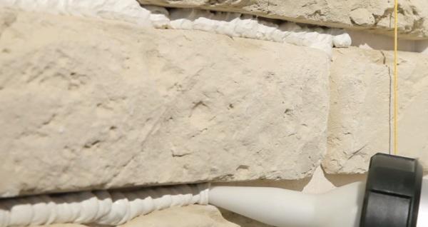 Отделка стен искусственным камнем: материал и его классификация, использование, инструкция по технологии, плюсы и минусы