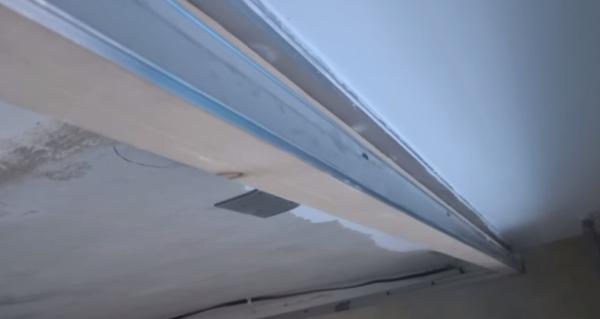 Крепление карниза к натяжному потолку