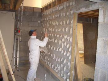 Как закрепить пенополистирол к стене