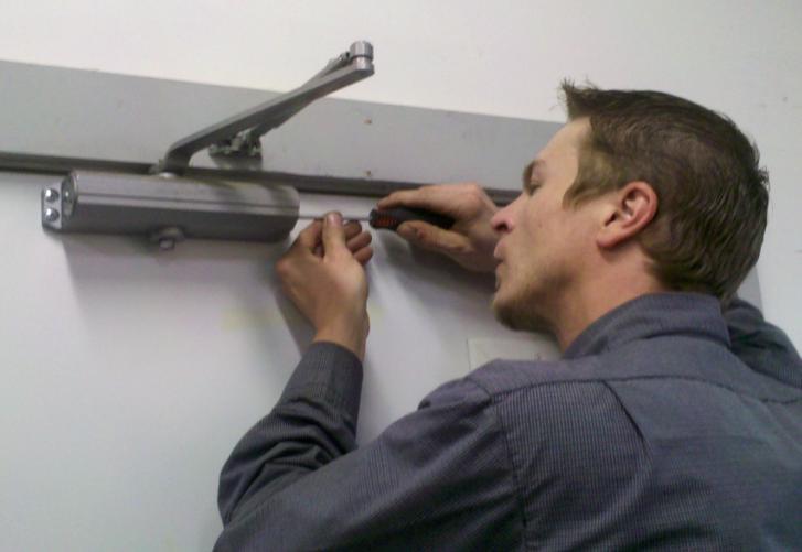 Регулировка дверного доводчика